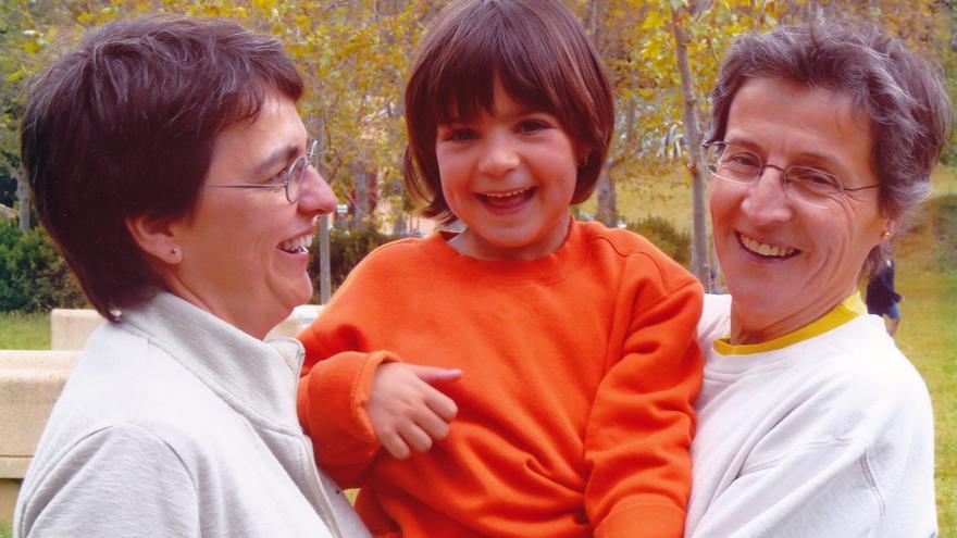 Bruna con sus madres Pilar y Anna.