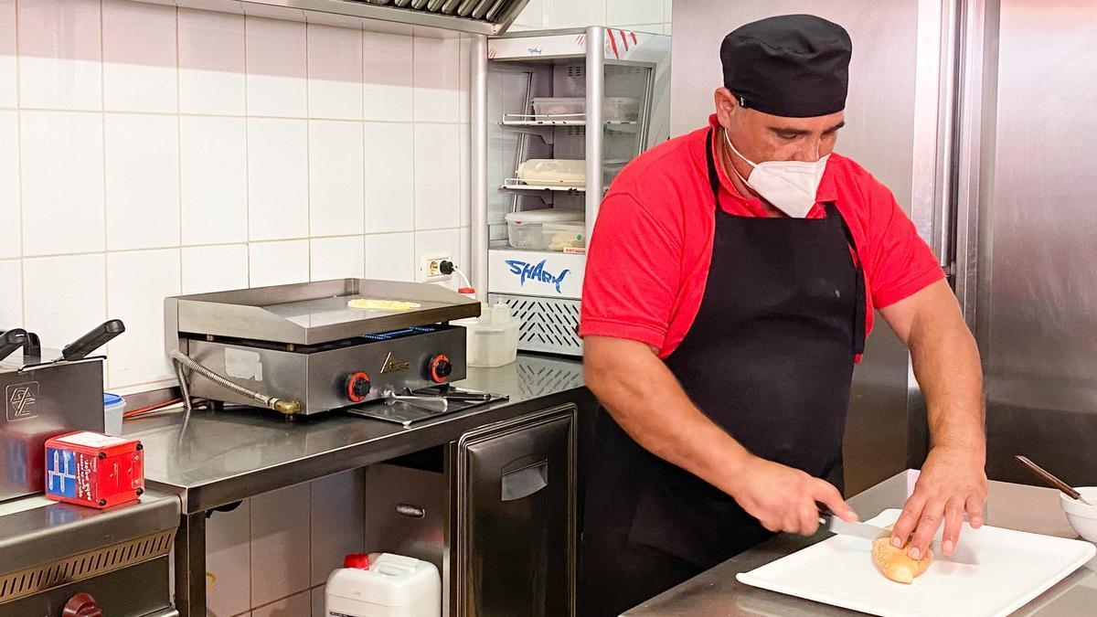 Domingo Delgado trabaja en su cafetería en el barrio lagunero de La Cuesta / Andrea Domínguez