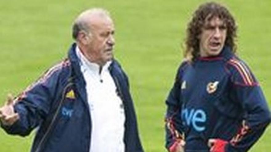 Carles Puyol, con Vicente del Bosque.