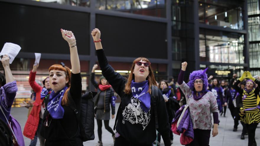 Manifestantes participan en una de las convocatorias del 8M en Madrid, en las inmediaciones del museo Reina Sofía. Olmo Calvo