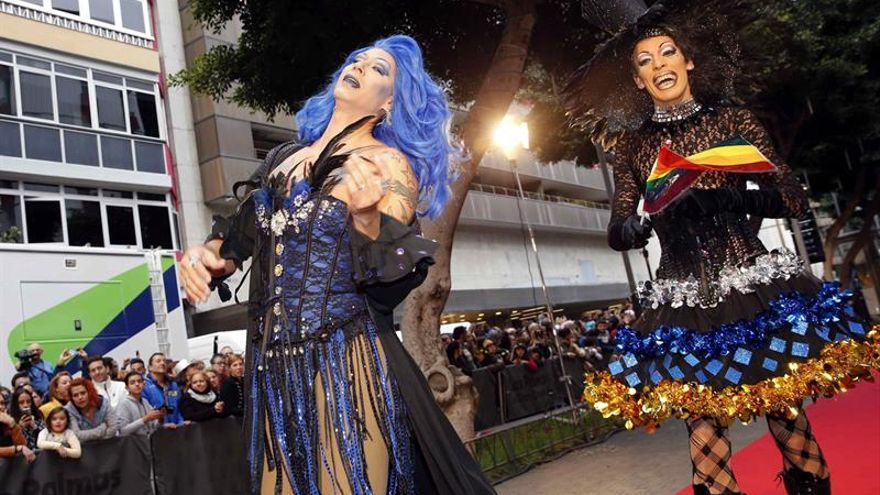 Las drag queen Pío Drag (d) y Drag Diábolo, que han protagonizado las últimas ediciones del Carnaval de Las Palmas de Gran Canaria. EFE/Elvira Urquijo A.