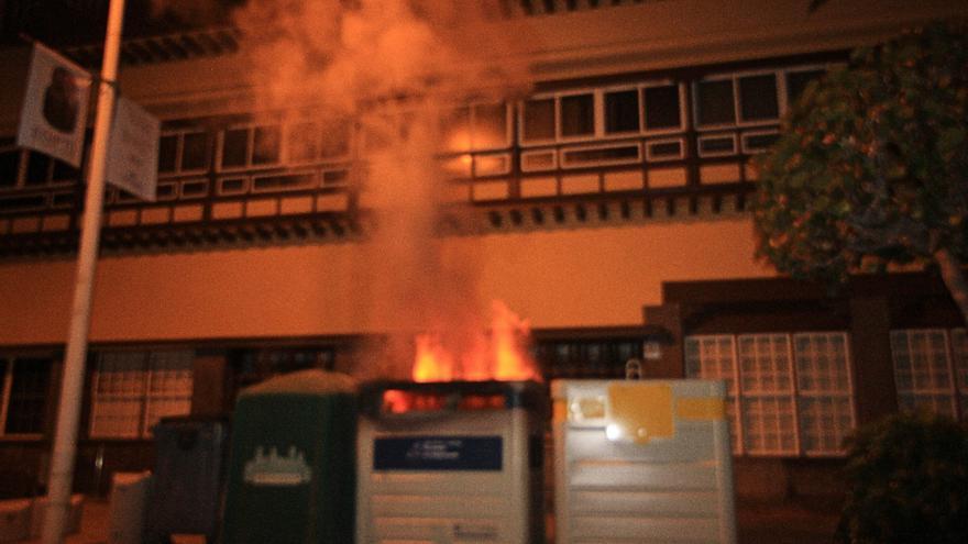 El contenedor en llamas en la madrugada de este sábado.