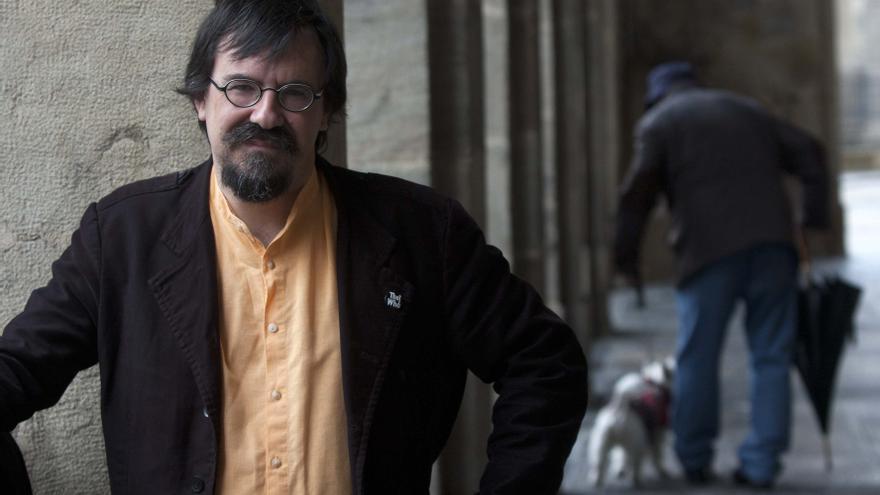 El escritor Iban Zaldua, Premio Euskadi de Ensayo 2013, en una céntrica plaza vitoriana. /eldiarionorte.es
