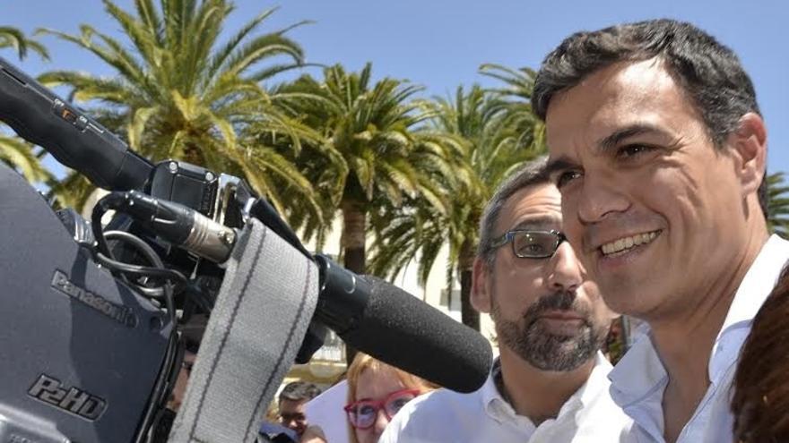 Pedro Sánchez pasea por las calles de Ayamonte entre una multitud y habla en inglés con unos turistas