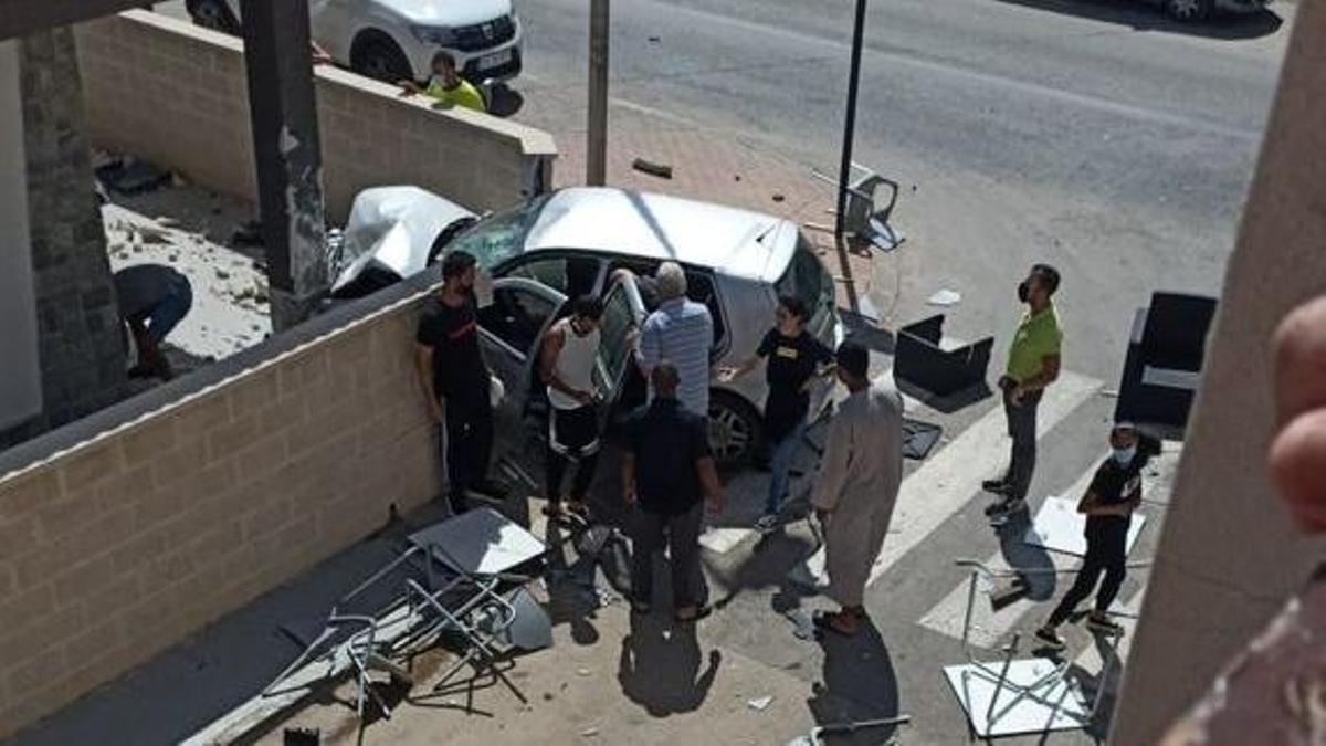 El vehículo se ha empotrado contra el muro de una vivienda situada en una planta baja