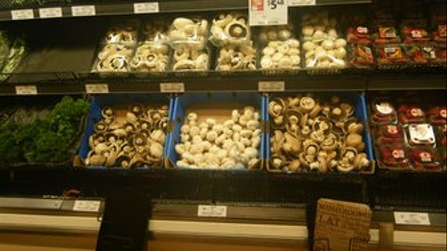 Un supermercado tasmano: sírvase usted mismo, aquí tiene las bolsas de cartón. (RODRIGO RIERA)