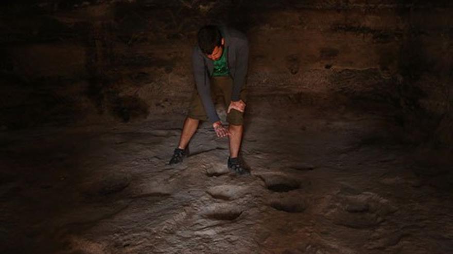 El guía Daniel González en el interior de una cueva.
