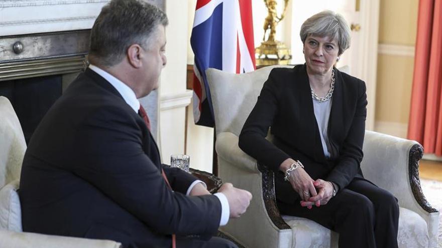 """May ofrece apoyo a Poroshenko para afrontar la """"amenaza"""" de Rusia"""