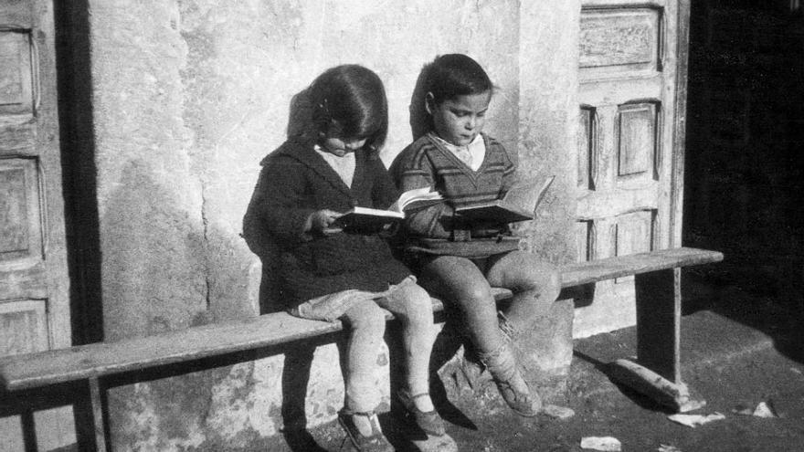 Un niño y una niña leyendo unos libros de la biblioteca de Misiones Pedagógicas, hacia 1932. | Residencia de Estudiantes, Madrid.