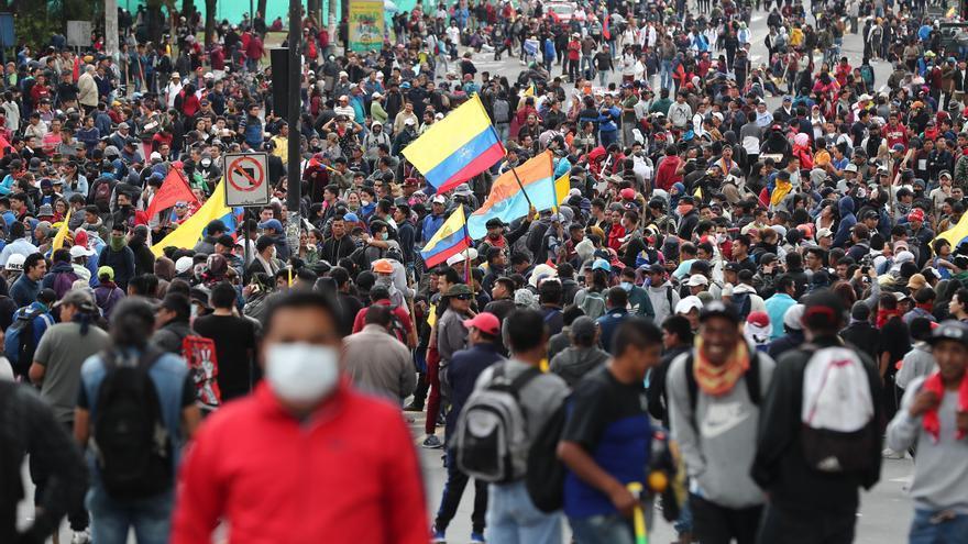Indígenas llegan al parque Arbolito en el centro-norte de Quito (Ecuador).