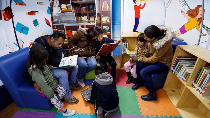 Fotografía fechada el 21 de enero de 2020 que muestra a un grupo de niños y adultos mientras visitan el Avión Biblioteca, en el municipio de Iztapalapa, en Ciudad de México (México).