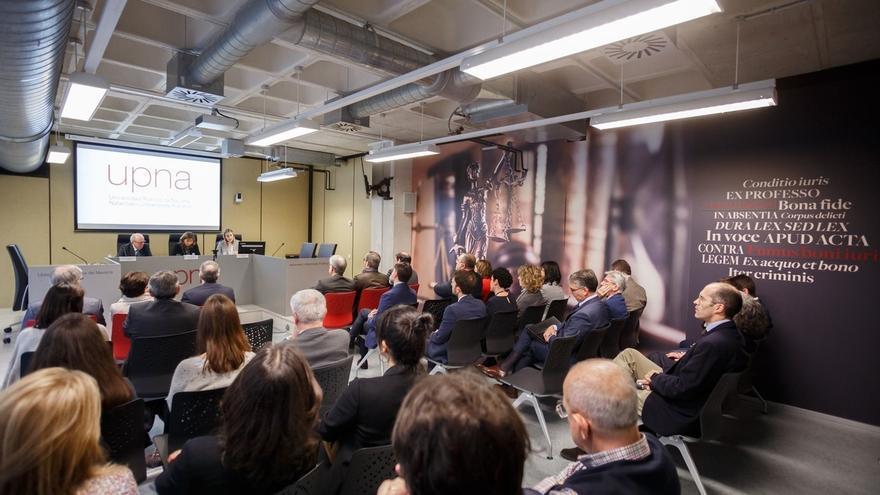 La UPNA inaugura un aula de práctica jurídica, equipada como las salas de vistas, para realizar simulaciones de juicios