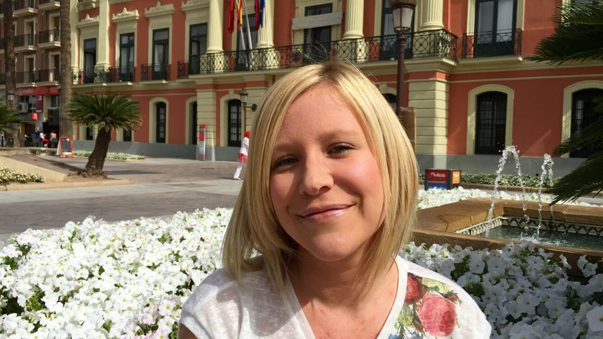 Ahinoa Sánchez, candidata a la alcaldía pedánea de Aljucer, frente al ayuntamiento de Murcia / MJA
