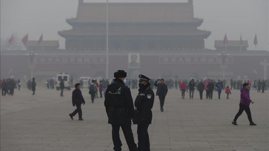 Pekín sigue en alerta roja por contaminación, bajo medidas restrictivas