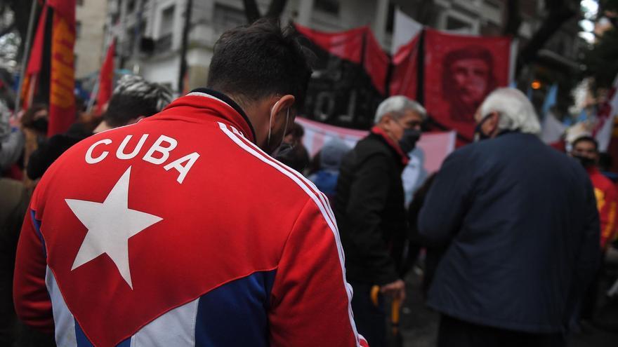 Manifestaciones en Buenos Aires a favor y en contra de las protestas en Cuba.