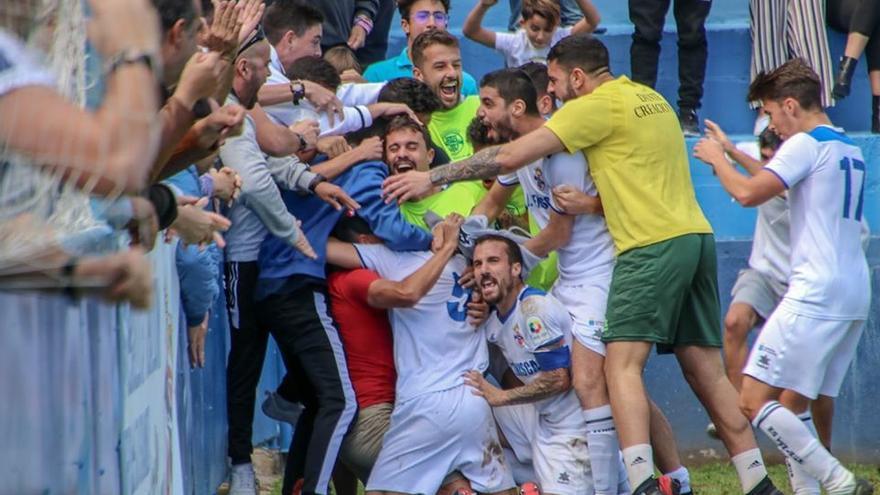 Los jugadores del Tenisca celebran su gol ante el Unión Viera
