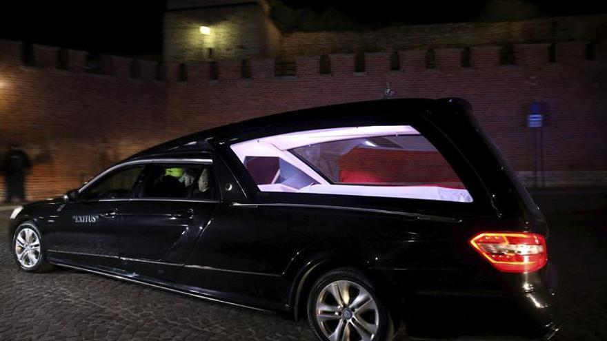 Entierran los restos exhumados de expresidente polaco Lech Kaczynski y esposa