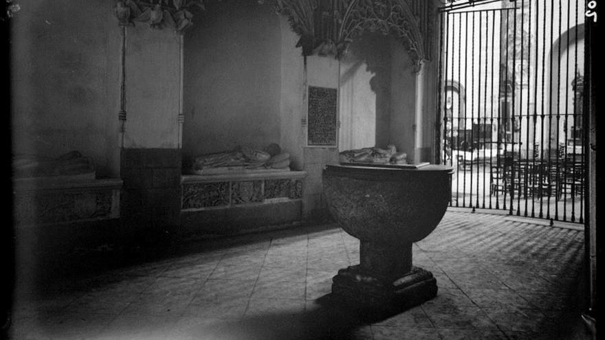 Pila de bautismo de Miguel de Cervantes, en una imagen anterior a 1936.   FOTOTECA DE PATRIMONIO HISTÓRICO