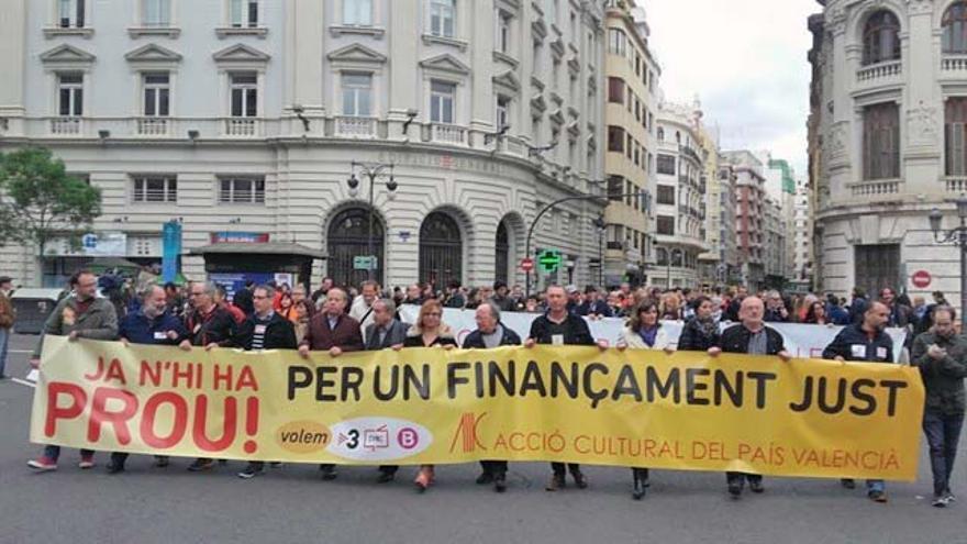 La capçalera de la manifestació del 25 d'Abril que reclama una millora en el finançament de la Comunitat Valenciana