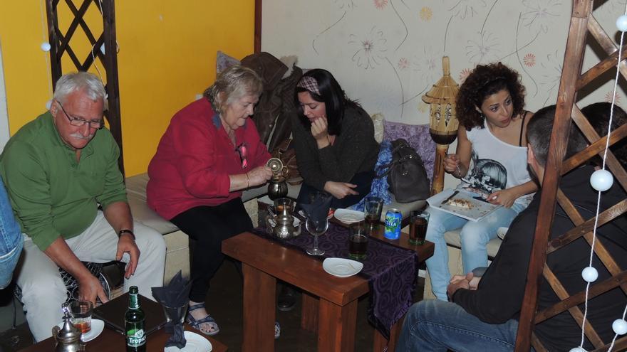 Grupo de personas practican inglés