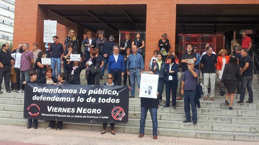 Concentración de funcionarios de la Junta ante la Delegación Territorial de Burgos. Foto de Pladepu
