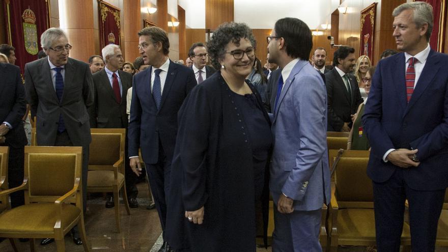 Milagros Otero pasa en el acto de su investidura junto a José Julio Fernández, Valedor en funciones hasta su llegada