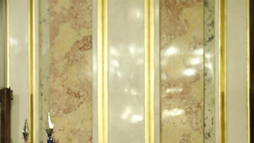 La diputada de Coalición Canaria, Ana Oramas, comparece ante los medios de comunicación tras el discurso del presidente del Gobierno en funciones y líder del PP, Mariano Rajoy, en la primera jornada de la sesión de investidura, esta tarde en el Congreso de los Diputados. EFE/Javier Lizón