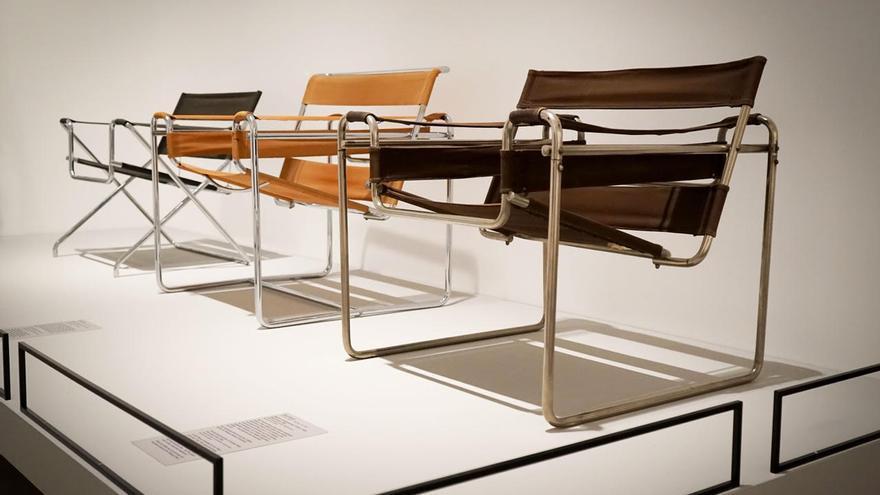 Tres modelos de las célebres sillas de Marcel Breuer en la exposición. © Bauhaus-Archiv Berlin. Foto: Catrin Schmitt.