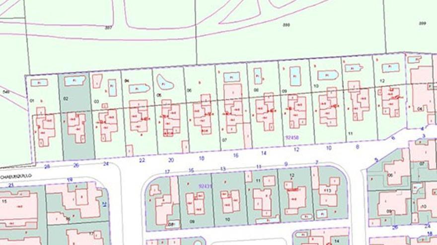 Arriba, el Catastro sin las viviendas, como aparece ahora, y abajo el mismo plano en abril, con las casas.