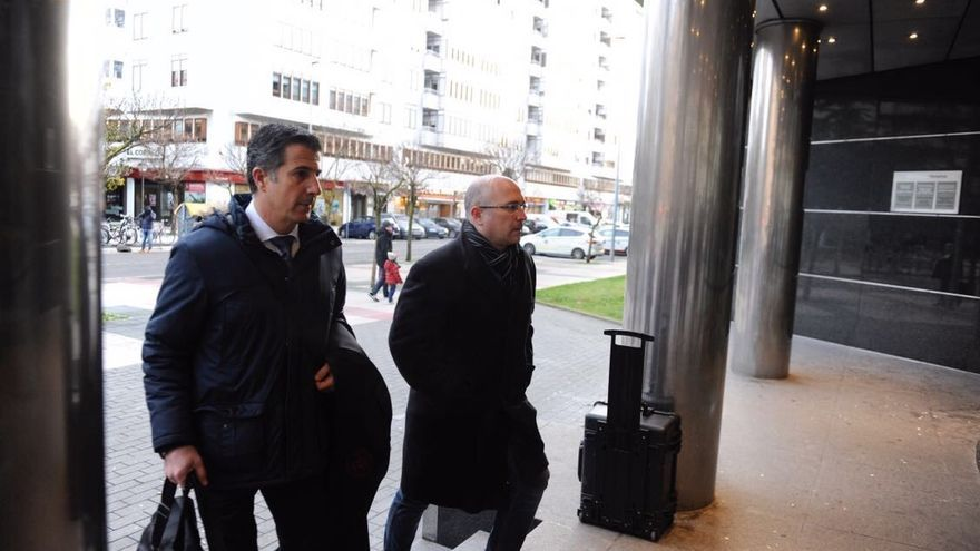 Alfredo De Miguel (a la derecha) entra en el Palacio de Justicia.