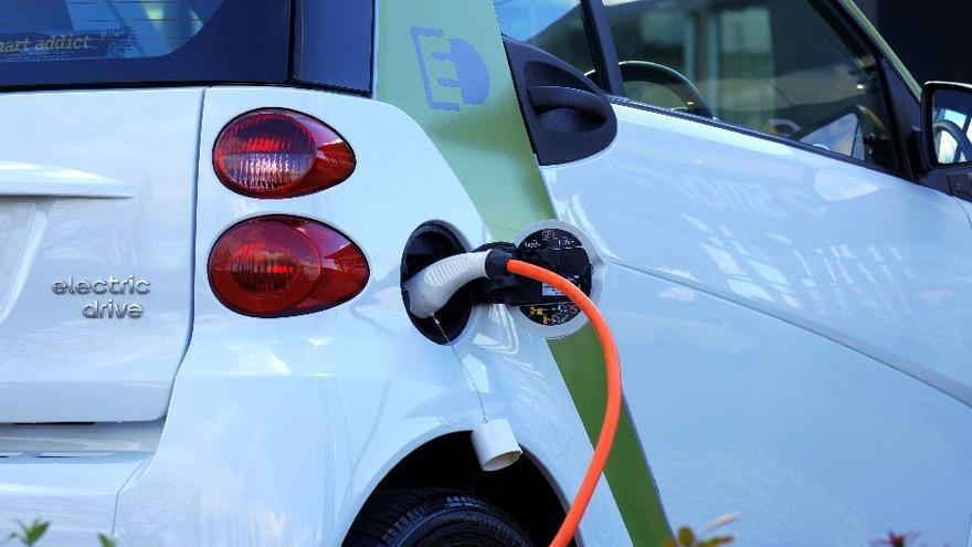 Más de 2.000 coches eléctricos circulan ya por Andalucía