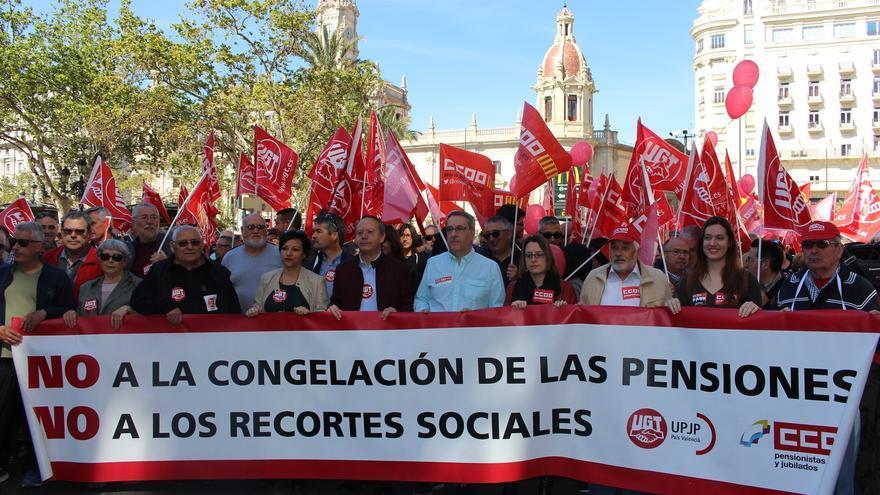 Ismael Sáez (UGT PV) y Arturo León (CCOO PV) encabezan la manifestación por unas pensiones dignas en Valencia