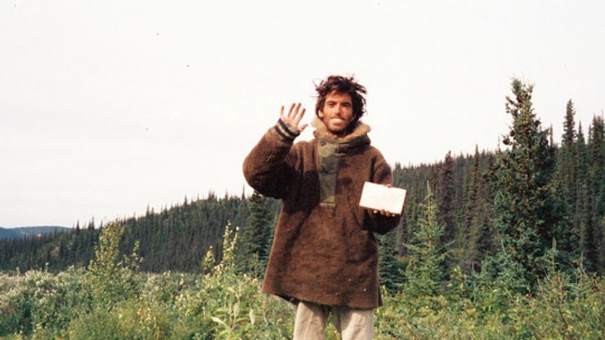 McCandless fotografiándose junto a la nota de auxilio que dejó en su asentamiento. (DP).