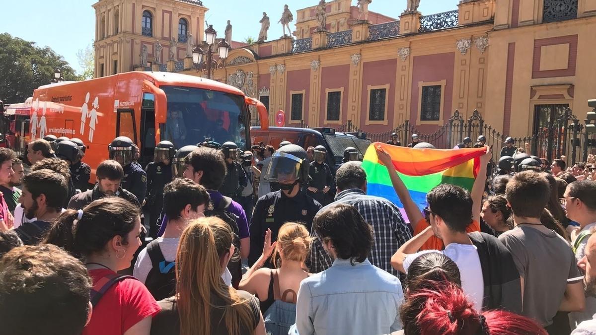 Intervención policial junto a San Telmo tras pedradas, huevazos y pintadas en el bus de Hazte Oír