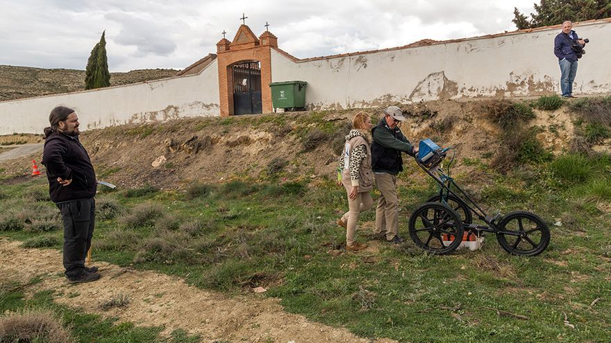 Trabajos en los terrenos junto al cementerio de Velilla de Jiloca.