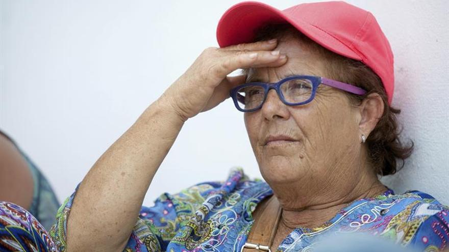 Josefa Hernández (i), la mujer con cinco hijos y nietos a su cargo que debe ingresar en prisión por no derribar su casa. EFE/Carlos De Saá
