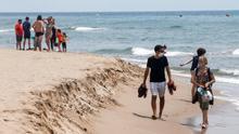 Aspecto de la playa de Castelldefels que permanece en Fase 1 pero que, a partir de hoy lunes, se unifica con las regiones metropolitanas sur, norte y Barcelona, para conformar una unidad que permita a las personas moverse por ella.