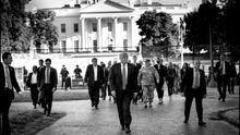 Donald Trump, acompañado de sus asesores, en el paseo que dio desde la Casa Blanca hasta una iglesia de Washington durante las manifestaciones por la muerte de George Floyd.