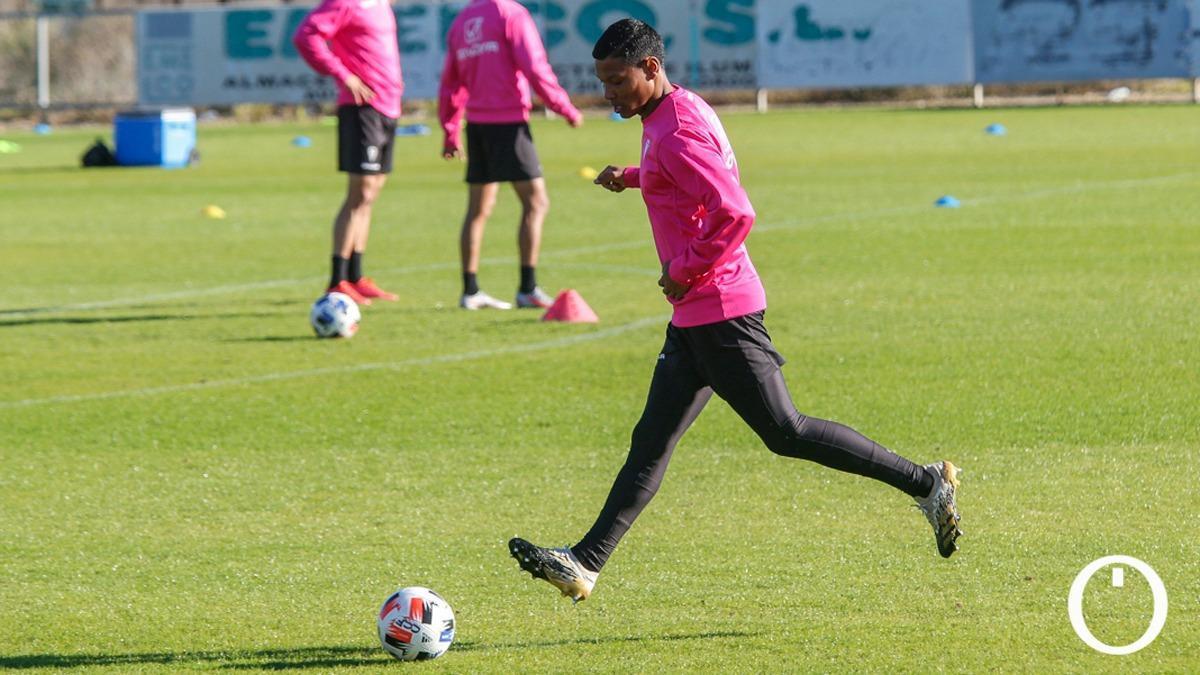 Darren Sidoel, en un entrenamiento del Córdoba.