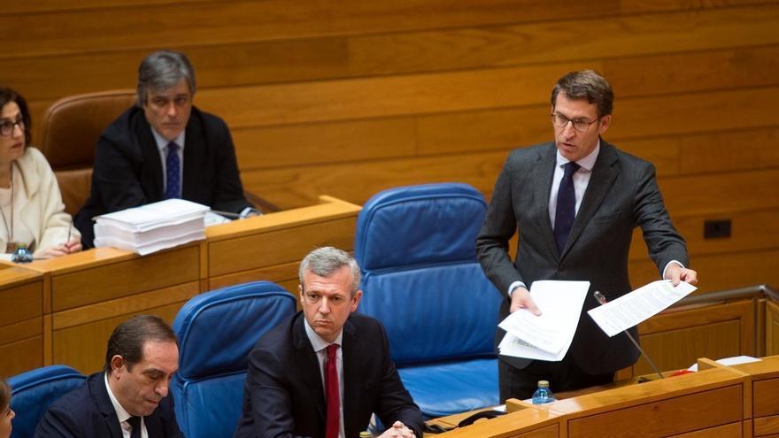 Feijóo, mostrando un documento en el Parlamento de Galicia