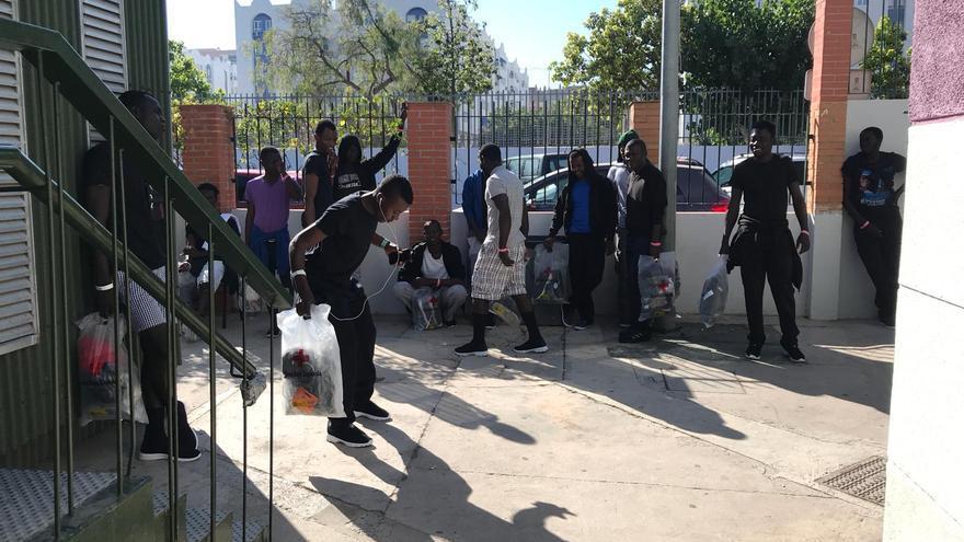 Migrantes llegados de Algeciras a Málaga, en el albergue municipal   N.C.