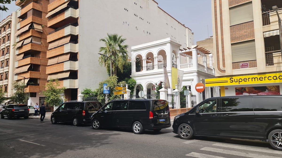La comitiva de la familia real saudí aparcada junto al restaurante Casa de Manolete Bistro.