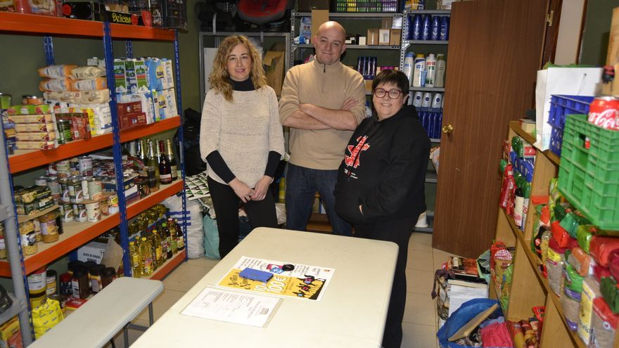 Ana, Mon y Esther, en la sede del Colectivo Solidario La Fondona.   RUBÉN VIVAR