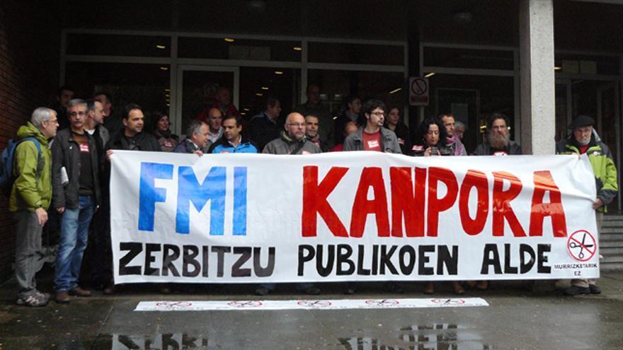 Sindicatos y colectivos sociales aprovechan la visita de Carmen Reinhart para protestar contra los recortes. /G. A.
