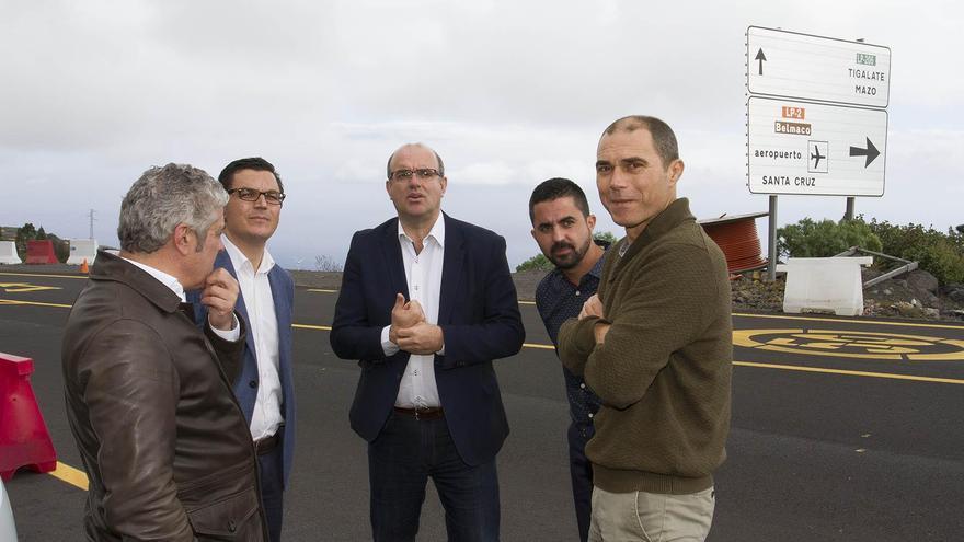 De izquierda a derecha, el alcalde de Fuencaliente, Luis Román Torres; el vicepresidente del Gobierno de Canarias, Pablo Rodríguez; el presidente del Cabildo, Anselmo Pestana; el viceconsejero de Infraestructuras del Ejecutivo regional, Onán Cruz, y el alcalde de Mazo, José María Pestana.