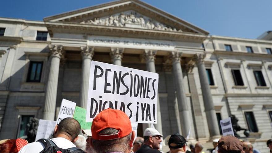 """Los pensionistas vuelven a cortar el tráfico en el Congreso para pedir un IPC """"real"""""""
