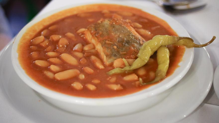 Fabes con bacalao en Caserío San Benito.
