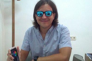 Santiago Ambit, con las gafas de su invención | Foto: Somos Malasaña