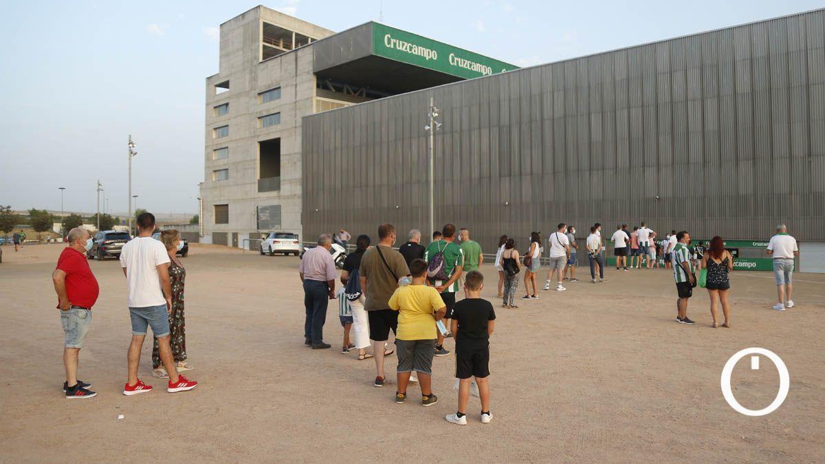 Aficionados del Córdoba en las taquillas de El Arcángel