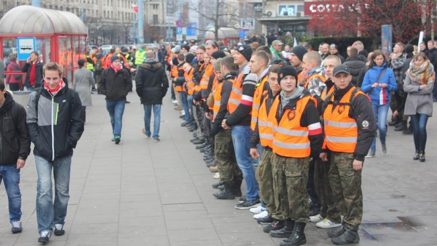 """Grupos ultras y neonazis en la """"Marcha Patrótica"""" del pasado 11 de noviembre en Varsovia, con lemas como """"Stop islamización"""", en un país que apenas acoge migrantes / Marta Alemany"""